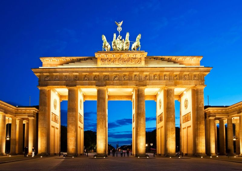 Brandenburg-gate-in-berlin-at-night-germany-1600x1133